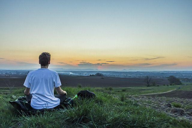 chico meditando y meditacion minimalista